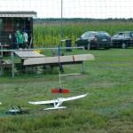 Hier ein Bild eines im Netz gelandeten Segler und darunter das Modellflugzeug das zum Schulungsflieger für die Jugendlichen wurde.